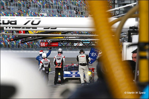 67-Ford-Rolex-24-race-Pits